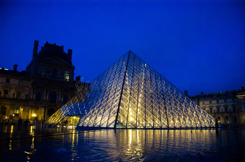 Louvremuseum in der Dämmerung stockfotos