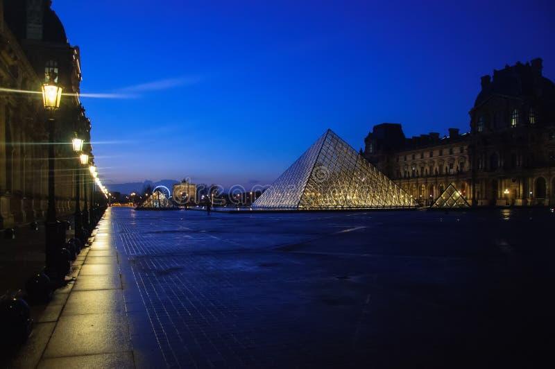 Louvremuseum in der D?mmerung im Winter Paris lizenzfreie stockfotos