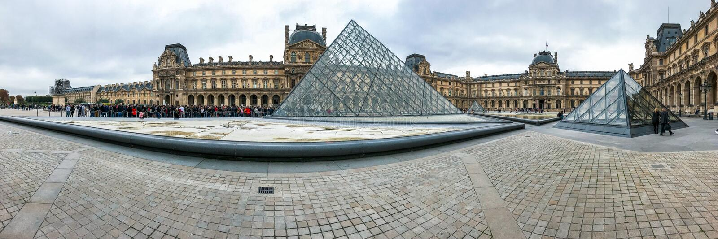 Louvremuseum en de piramide stock foto