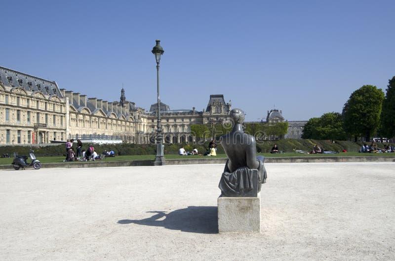 Louvremuseum en park des Tuileries royalty-vrije stock afbeeldingen