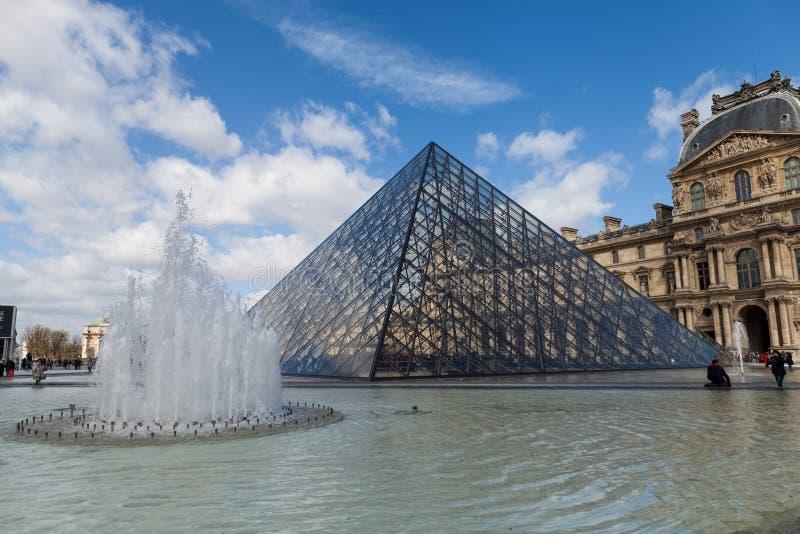 Louvremuseum met Glaspiramides, Beroemd Oriëntatiepunt in Parijs Frankrijk stock fotografie