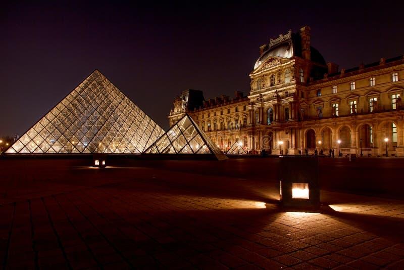 Louvremuseum och dess pyramid royaltyfria bilder