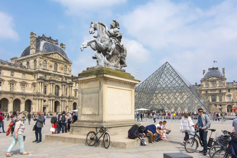 Louvremuseum och pyramid, Paris, Frankrike royaltyfria bilder