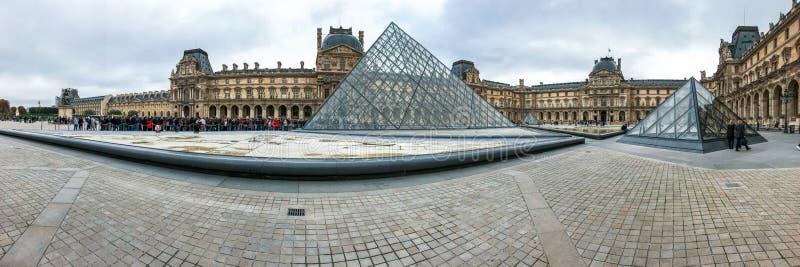 Louvremuseum och pyramiden arkivfoto