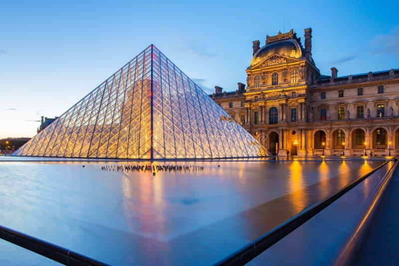 Louvremuseum på nattgränsmärket i den Paris staden, Frankrike fotografering för bildbyråer