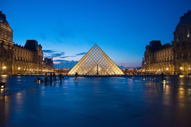Louvremuseum på skymning royaltyfri bild