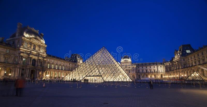 Louvremuseum på skymning royaltyfri fotografi