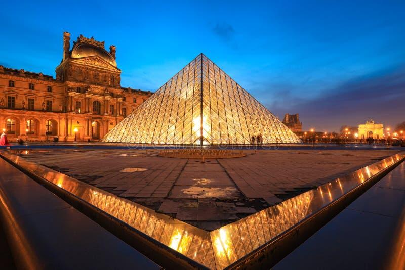 Louvremuseum på skymning i vinter royaltyfri fotografi