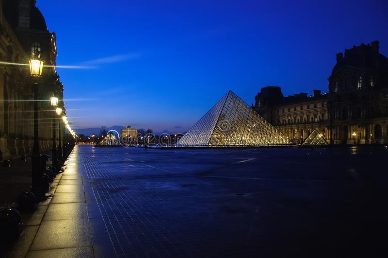 Louvremuseum p? skymning i vintern Paris royaltyfria foton