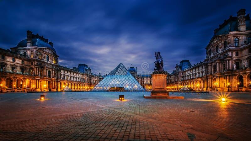 Louvremuseum på skymningtid royaltyfri bild