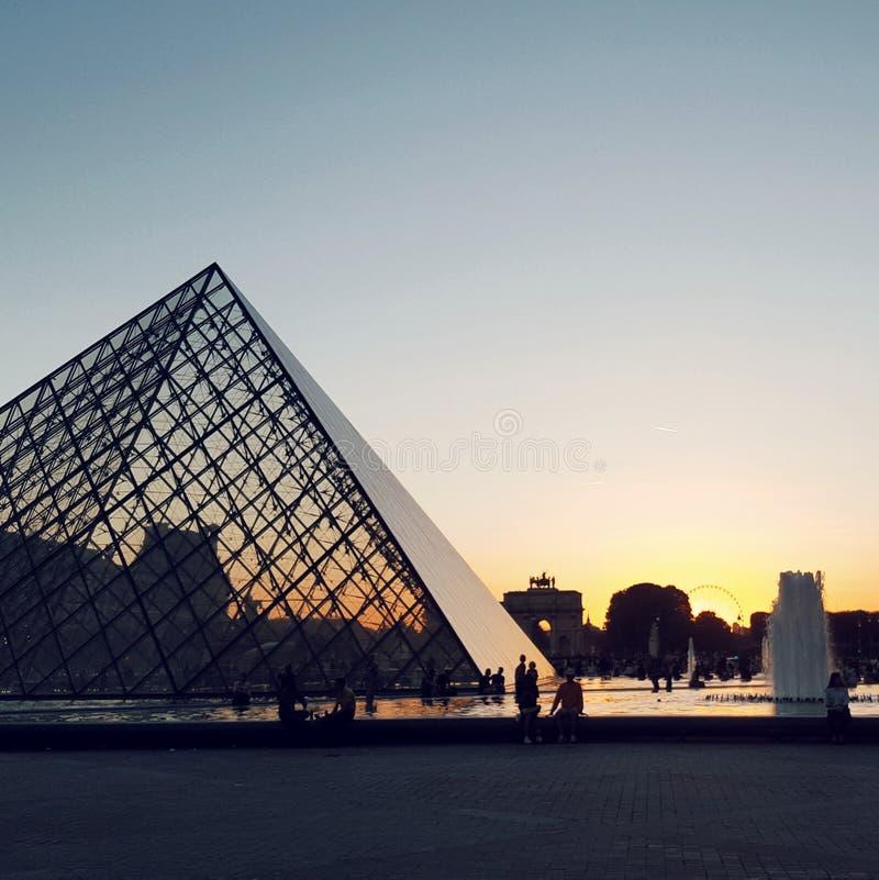 Louvremuseum på solnedgången, Paris, Frankrike fotografering för bildbyråer