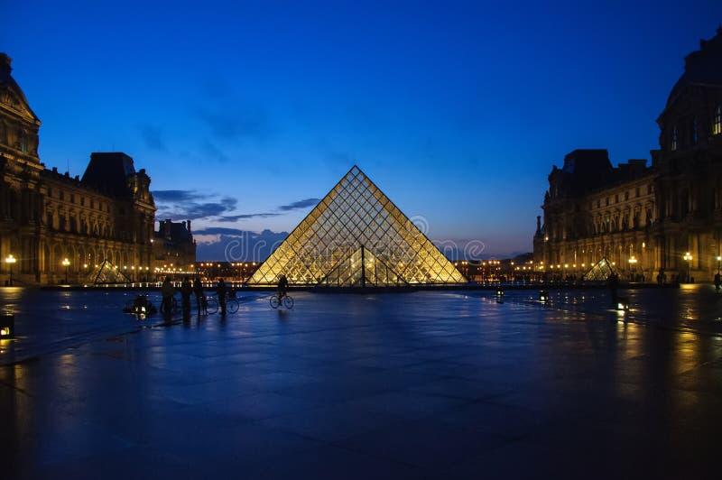 Louvremuseum p? skymning i vintern Paris fotografering för bildbyråer