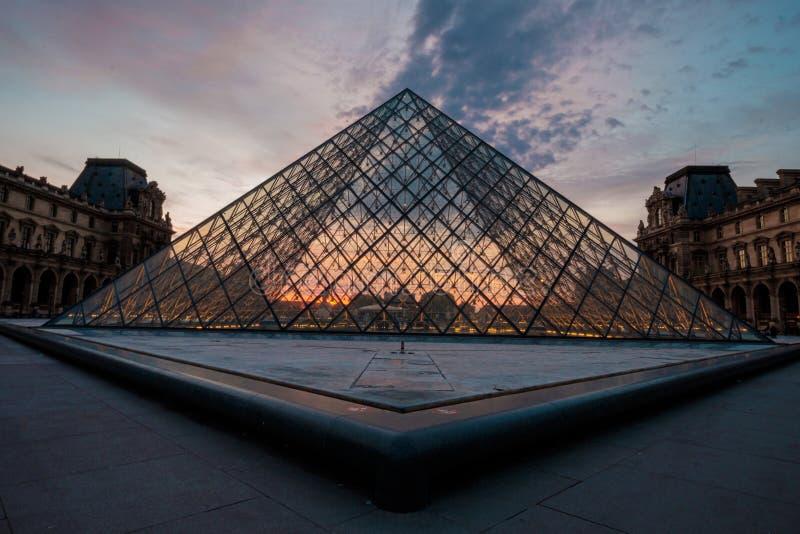 Louvremuseum p? solnedg?ngen, Paris, Frankrike arkivbild
