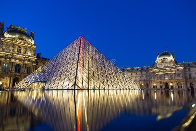 Louvremuseum vid natt fotografering för bildbyråer