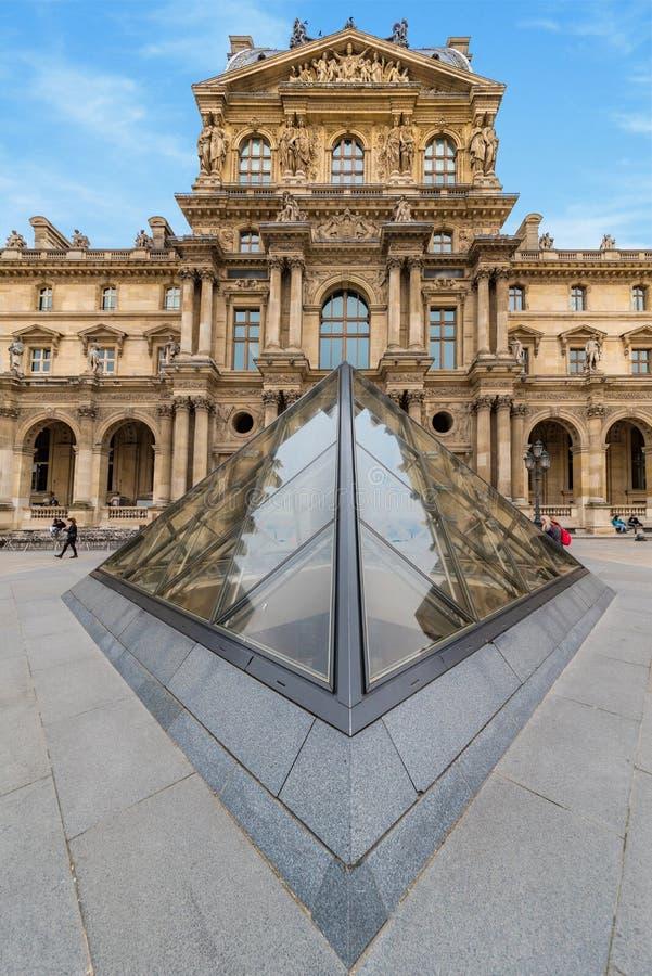 Louvremuseumpyramid royaltyfria bilder