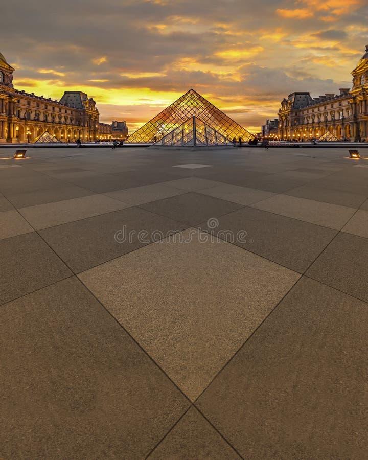 Louvremuseumsolnedgång fotografering för bildbyråer