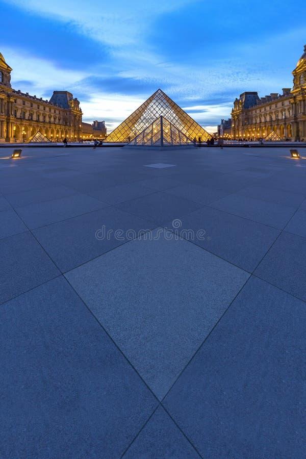 Louvremuseumsolnedgång royaltyfri foto
