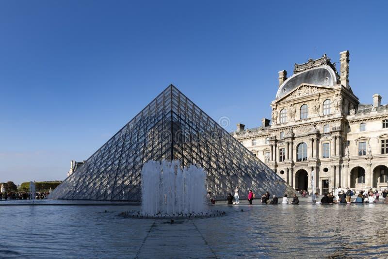 Louvremuseumspringbrunn royaltyfri bild