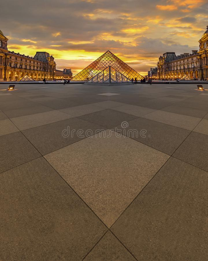 Louvremuseumssonnenuntergang stockbild