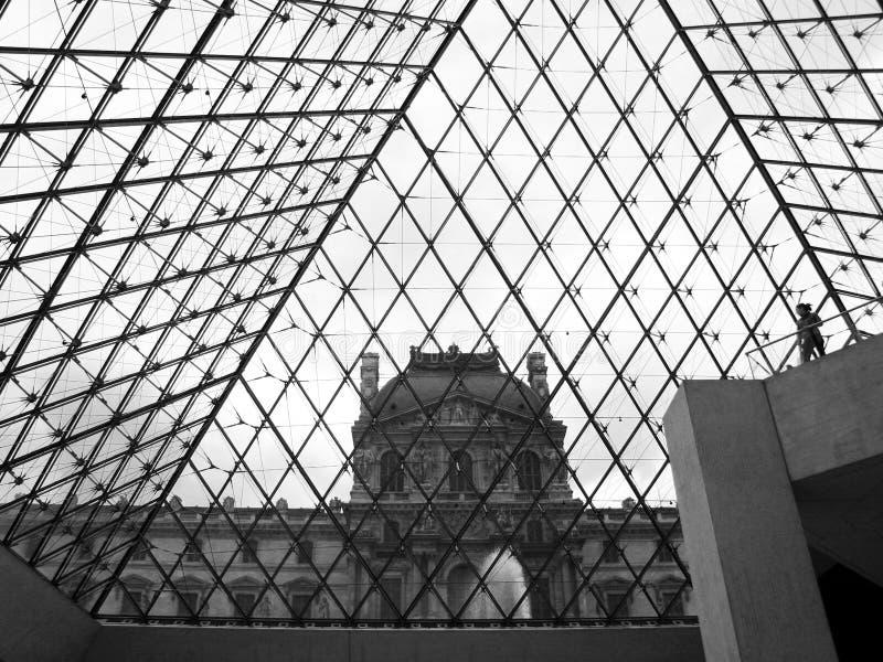 Louvrepaleis van binnenuit Piramide, hoofdingang van Louvremuseum, Parijs, Frankrijk stock afbeelding