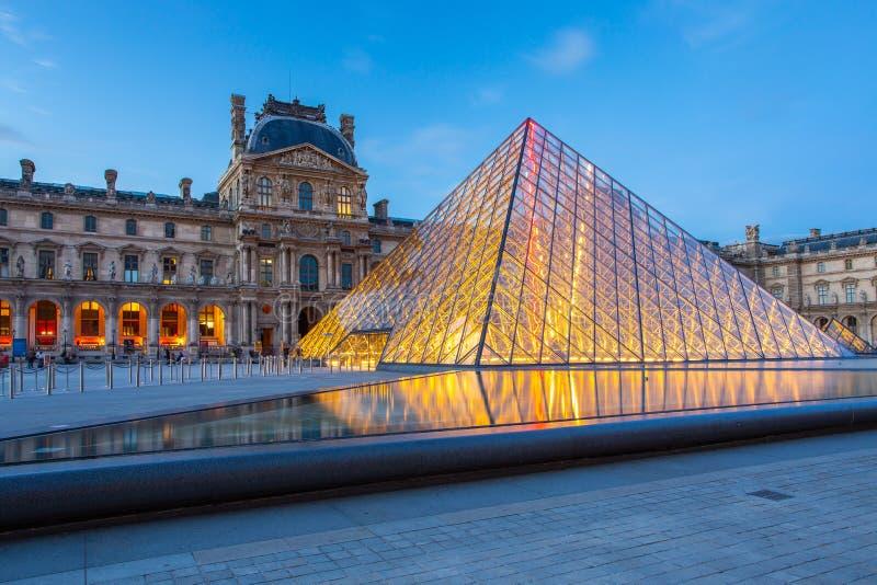 LouvreParis museum på natten i Paris, Frankrike fotografering för bildbyråer