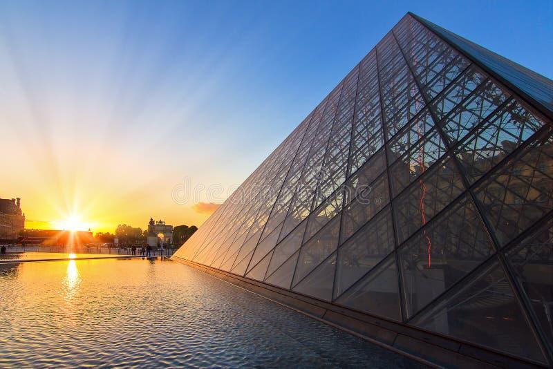 LouvreParis solnedgång royaltyfria bilder