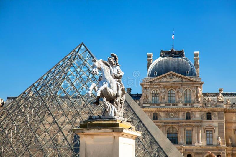 Louvrepiramide royalty-vrije stock foto
