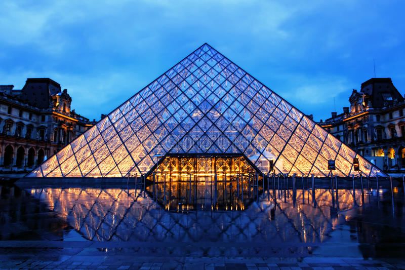 Louvrepiramide op Regenachtige Nacht royalty-vrije stock afbeelding