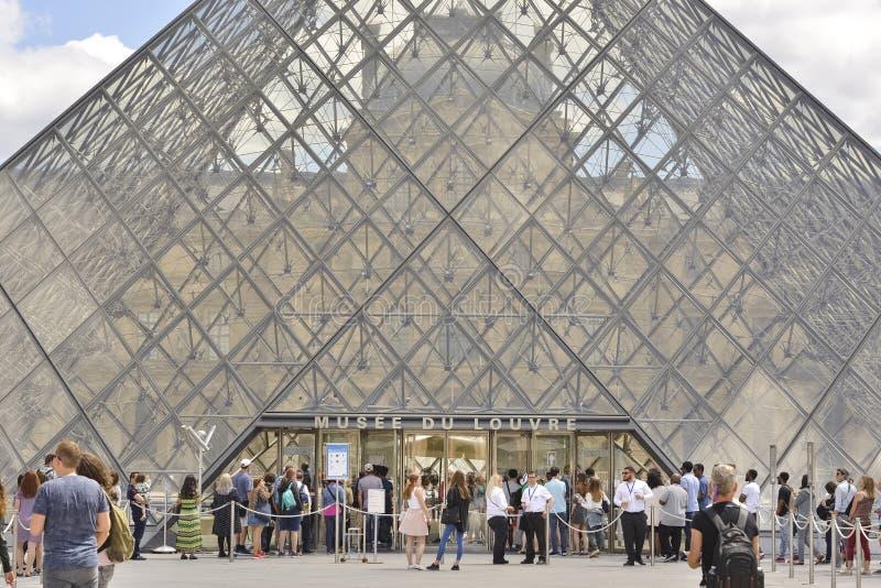 Louvrepyramid france paris arkivbilder