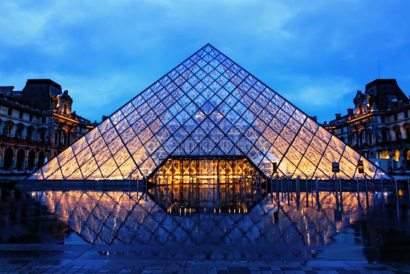 Louvrepyramid på regnig natt royaltyfri bild