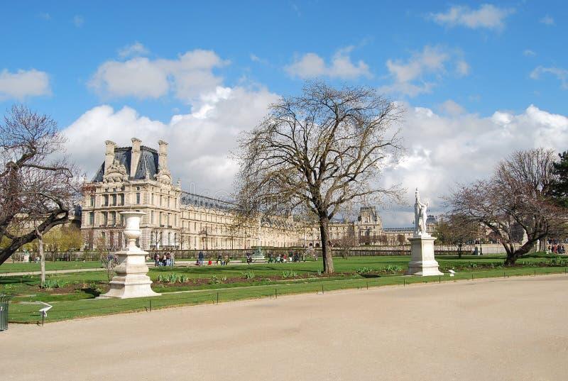 Louvreslott och Tuileries trädgårdsikt i Paris, Frankrike Utomhus- kulturlopp royaltyfria bilder