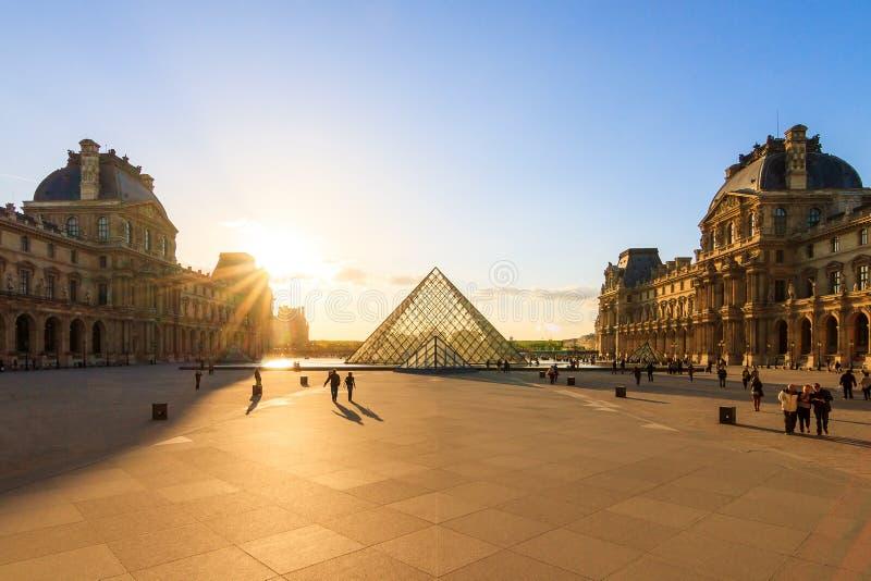 Louvresolnedgång i vår royaltyfria bilder