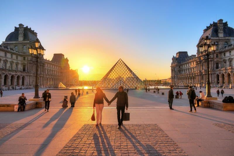 Louvresolnedgångförälskelse fotografering för bildbyråer