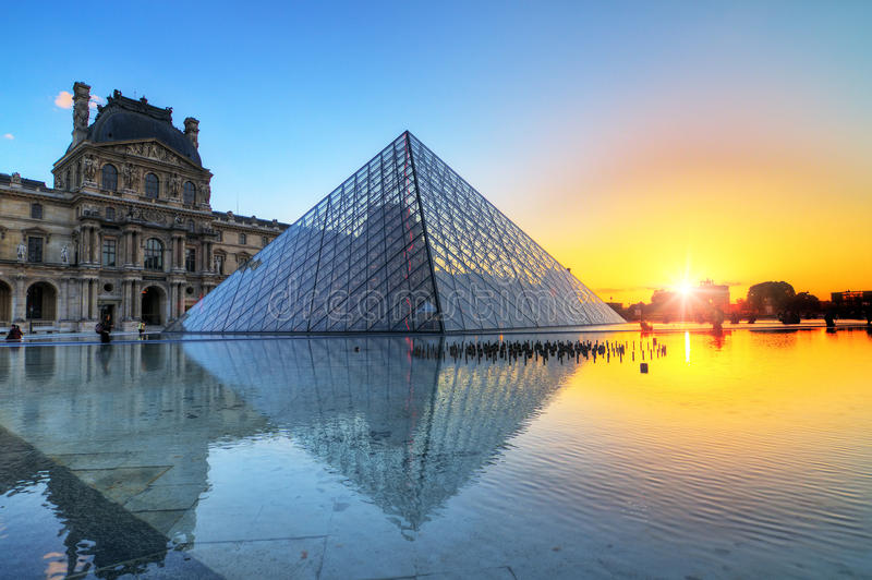 Louvresolnedgångreflexion fotografering för bildbyråer