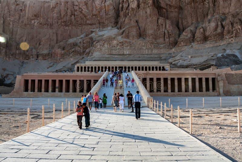 LOUXOR, EGYPTE - 17 FÉVRIER 2010 : Temple mortuaire de Hatshepsut en Egypte photos libres de droits