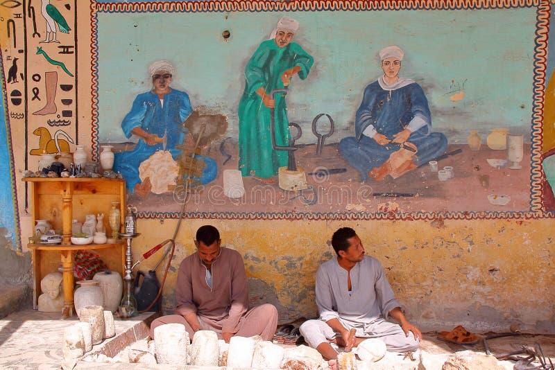 LOUXOR, EGYPTE - 4 NOVEMBRE 2011 : Travailleurs égyptiens dans une usine d'albâtre sur la rive ouest du Nil photo stock