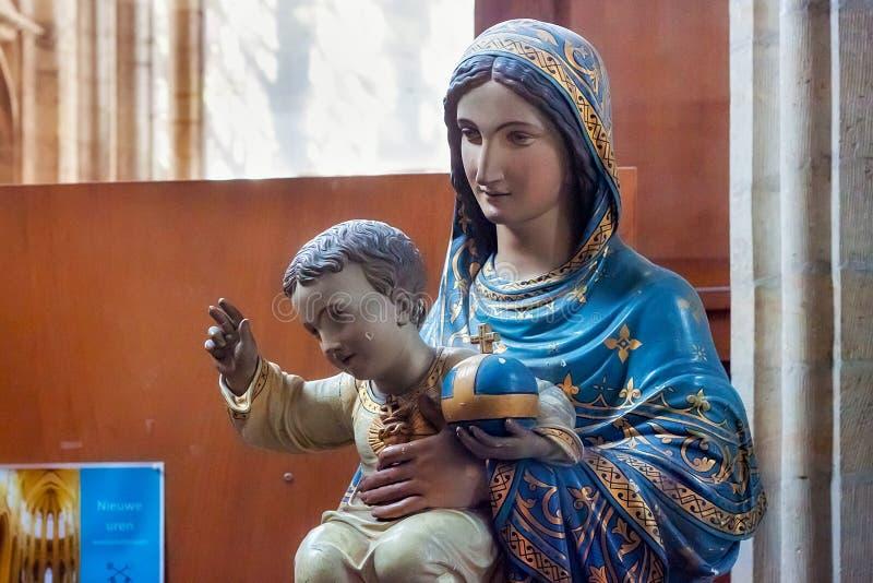 LOVAINA, BÉLGICA - 5 DE SEPTIEMBRE DE 2014: Estatua de la madre Maria con el bebé Jesús en la iglesia del ` s de San Pedro fotografía de archivo