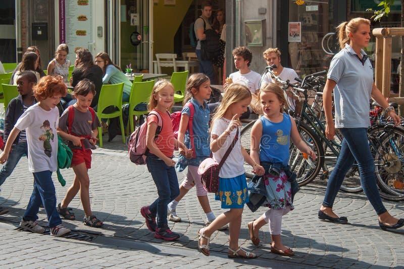 LOVAINA, BÉLGICA - 5 DE SETEMBRO DE 2014: Grupo desconhecido das crianças do jardim de infância em um passeio em torno do centro  fotos de stock