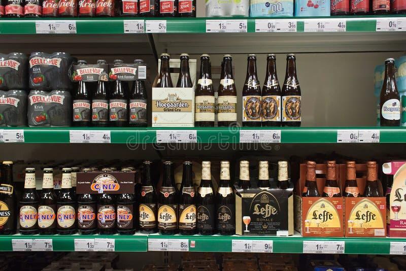 LOVAINA, BÉLGICA - 5 DE SETEMBRO DE 2014: Prateleira com vários tipos de cerveja belga em um dos supermercados centrais foto de stock royalty free