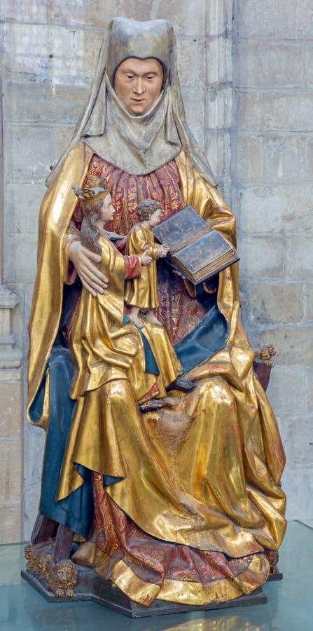 Lovaina - estátua policroma de St Ann na catedral gótico de St Peters. do centavo 16 adiantado. fotos de stock royalty free