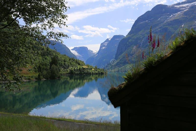 Lovatnet-See bei Loen in Norwegen lizenzfreie stockbilder