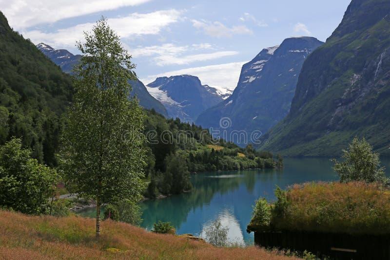 Lovatnet-See bei Loen in Norwegen lizenzfreie stockfotografie