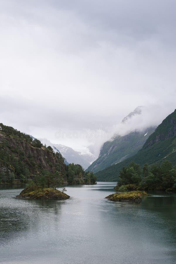 Lovatnet sjö i den Lodal dalen, Norge royaltyfria foton