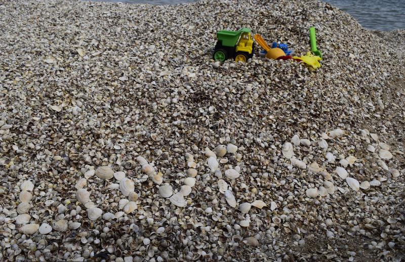 Love sea text on shells fond de plage Jouets pour jouer près de la mer Détente, vacances concept idyllique photos libres de droits