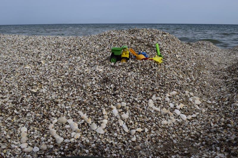 Love sea text on shells fond de plage Jouets pour jouer près de la mer Détente, vacances concept idyllique photo libre de droits