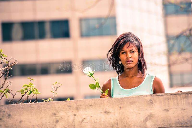 Love Story über die Afroamerikanerfrau, die Sie mit weißem r verfehlt lizenzfreie stockbilder