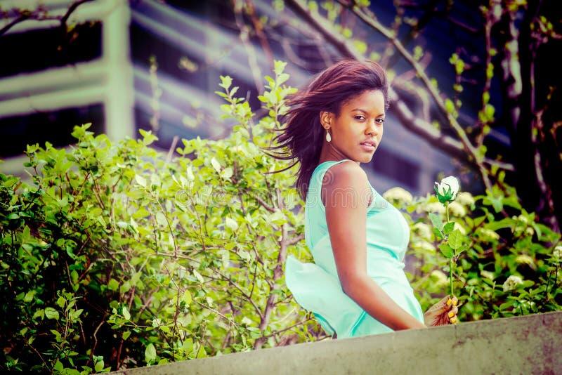 Love Story over jonge Afrikaanse Amerikaanse vrouw die u missen met w stock foto