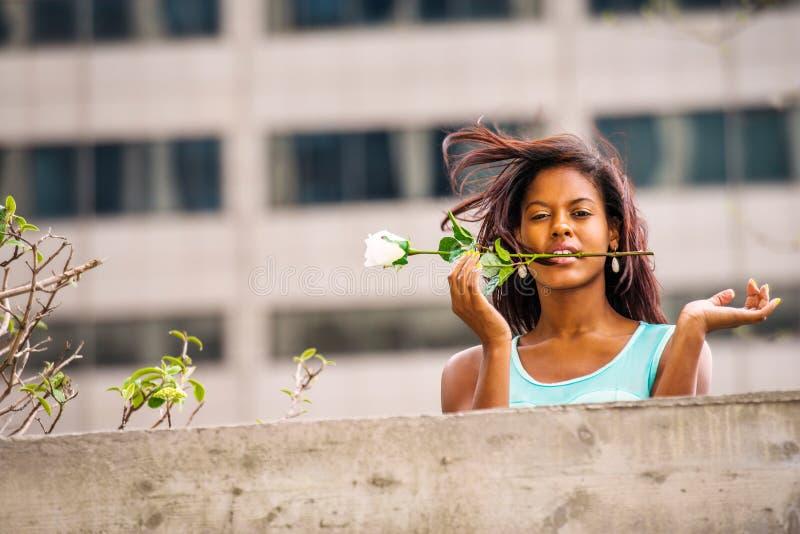 Love Story sobre a mulher afro-americano nova que falta o com w foto de stock