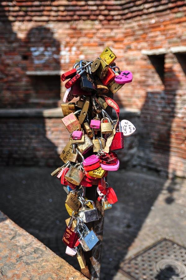 Lovelocks附有了在蓬特Scaligero的金属制品在阿迪杰河,维罗纳 库存照片