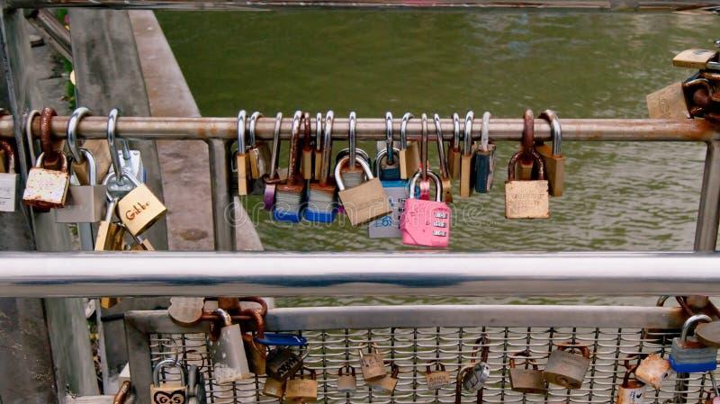 Lovelocks en el puente del ` s de Pero en Bristol fotografía de archivo libre de regalías
